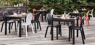 Set tavolo e sedia Chloé_arredo in polietilene colorato_R.G.Manifatture
